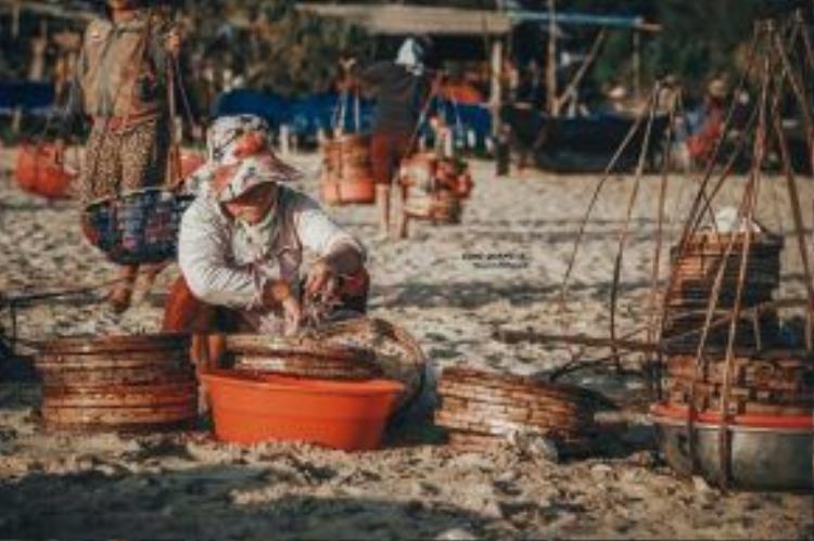 Những chiếc gánh quen thuộc của người phụ nữ vùng biển.