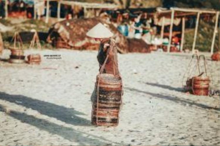Quang gánh hình ảnh gắn liền với người phụ nữ vùng biển.