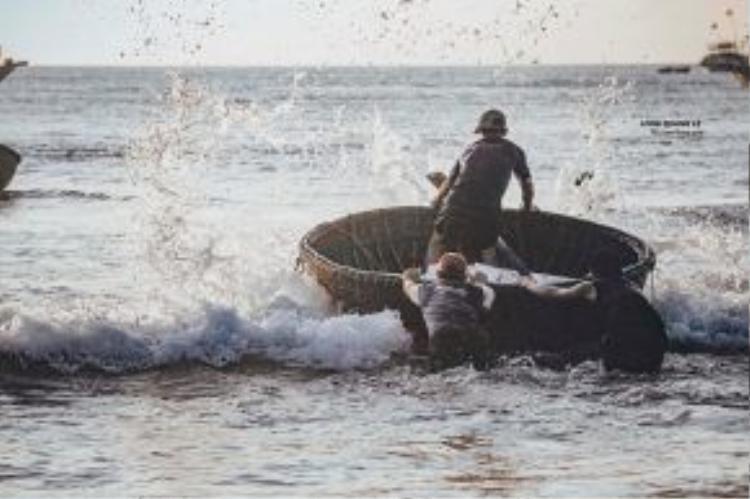 Những chiếc thúng quen thuộc là cơ nghiệp kiếm sống của ngư dân vùng biển này.