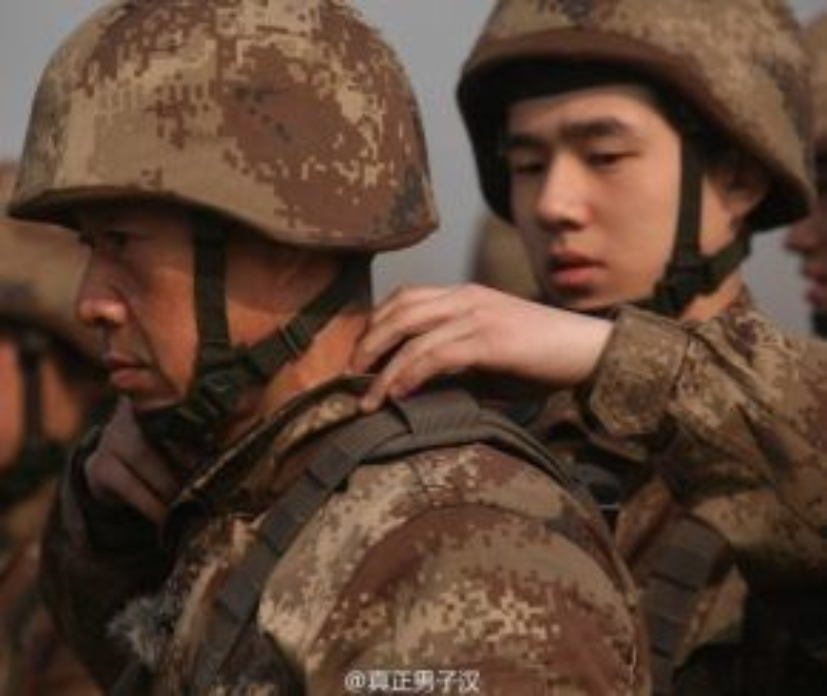 """Lưu Hạo Nhiên rất ngoan ngoãn và lễ phép với """"đàn anh"""". Cậu đang bóp vai cho nam diễn viên Trương Phong Nghị."""