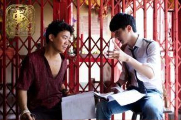 Hạo Nhiên nghiêm túc thảo luận diễn xuất với đàn anh Vương Bảo Cường.