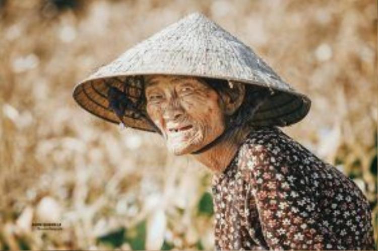 Những nếp nhăn tuổi già hằn trên khuôn mặt cụ bà 80 tuổi này.