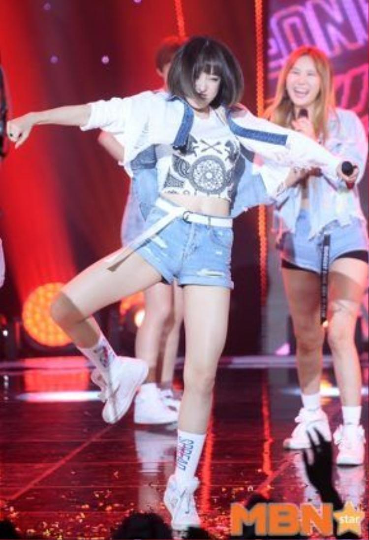 Cô nàng thích thú bắt chước cả đoạn nhảy solo của Junghwa - thành viên cùng nhóm.