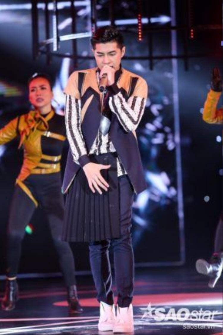 Bên cạnh màn vũ đạo sôi động, Noo Phước Thịnh còn gây chú ý với phong cách thời trang bắt mắt.