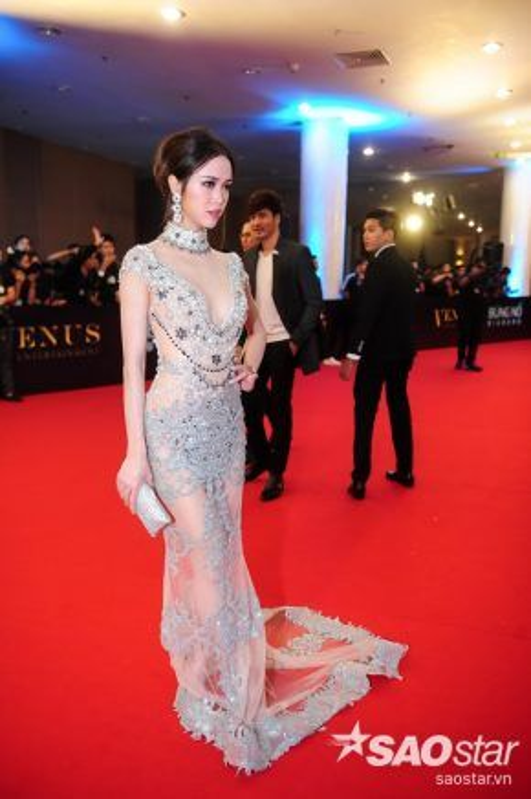 Vũ Ngọc Anh cực gợi cảm với bộ váy pha lê mỏng tang của nhà thiết kế Lê Thanh Hòa.