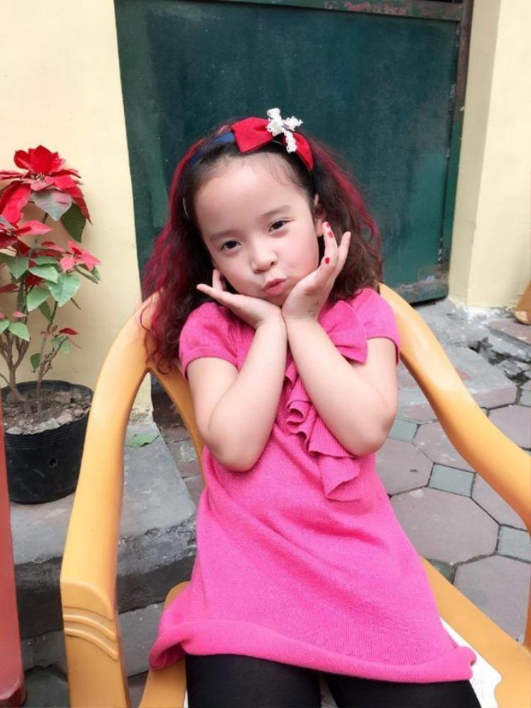 Gia tài băng đô cài tóc siêu khủng của cô bé điệu nhất gia đình Bố ơi