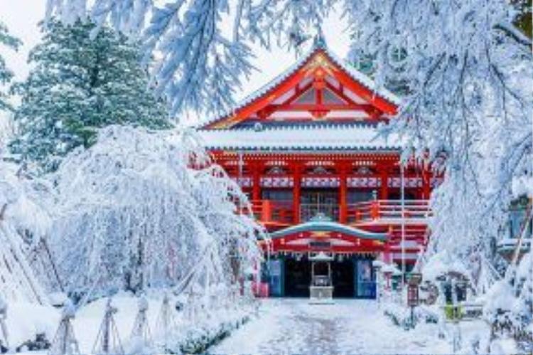 """Đền thờ Natadera đã """"sống"""" hơn 1300 tuổi khi được xây dựng từ năm 717 bởi một nhà sư. Vào những ngày mùa đông, ngôi đền như ngọn lửa bừng cháy giữa không gian trắng muốt của tuyết và băng giá."""