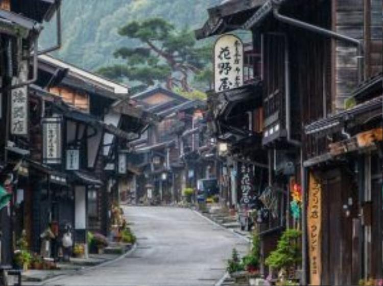 Là con đường nối Kyoto với Tokyo có từ thời Edo (1603 - 1868) - Nakasendo dài khoảng 533km và có 67 điểm dừng chân. Tại mỗi vùng Nakasendo đi qua, đều lưu giữ những nét đặc trưng tuyệt vời của đất nước Nhật Bản.