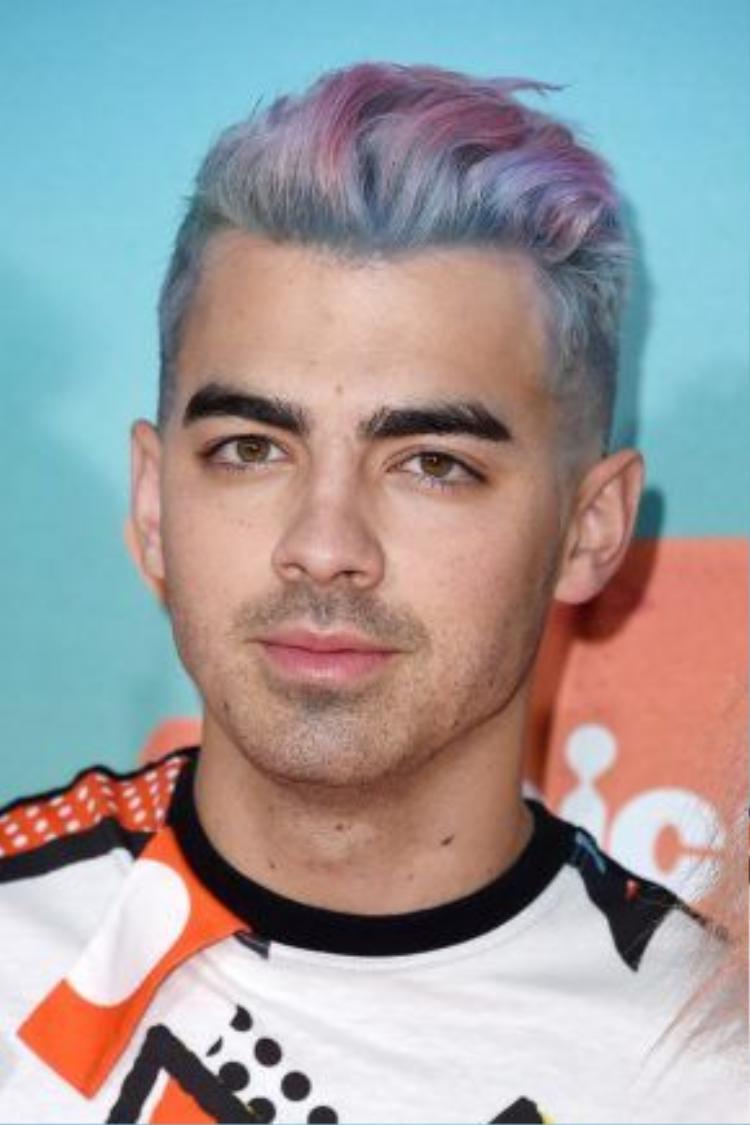 Joe Jonas nhanh chóng bắt kịp xu hướng với màu tóc tie-die cầu vồng ấn tượng cùng 3 tông màu chủ đạo xanh, hồng và xám.