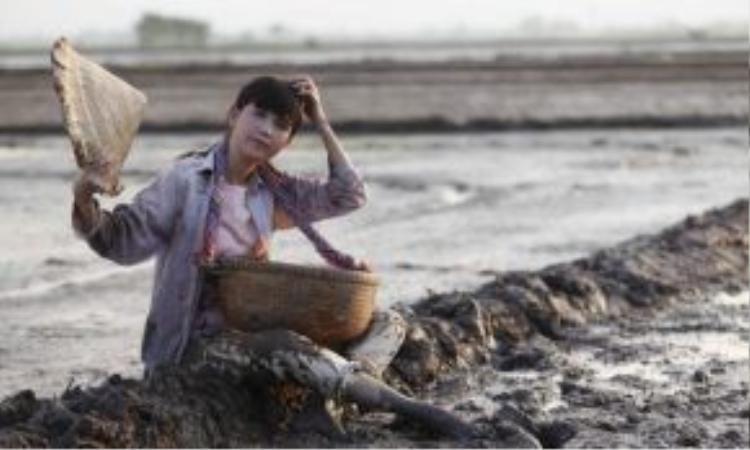 Ngọc Trinh cũng chia sẻ thêm, nhân vật của cô trên phim gần như na ná hình mẫu thật ngoài đời. Vậy nên nếu ai muốn biết gì về Trinh, hãy ra rạp xem Vòng eo 56.