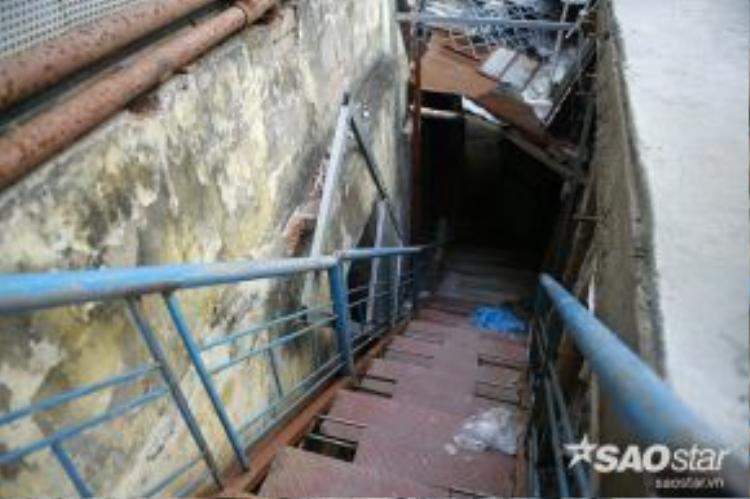 Nhiều nhà quá thấp so với cốt nền đường, buộc phảilàm cầu thang sắt để lấy lối lên xuống.