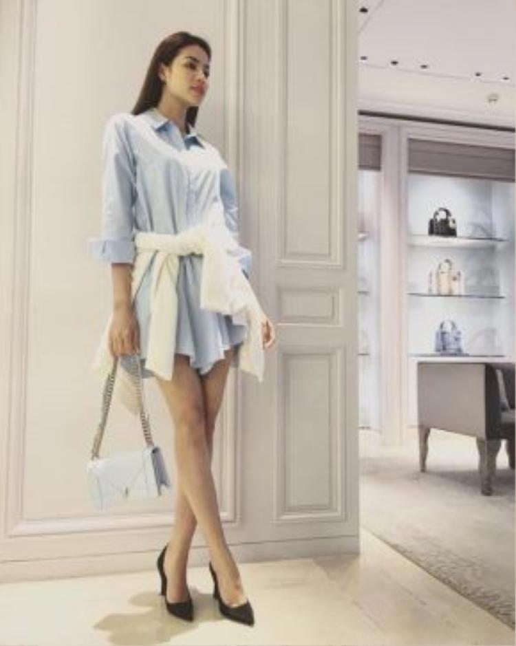 Phạm Hương sành điệu cùng tông xanh váy sơ mi mix kèm túi hàng hiệu.