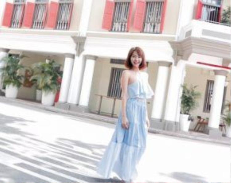 Thời trang dạo phố dịu dàng với tông màu baby blue kết hợp bèo nhún của Minh Hằng.