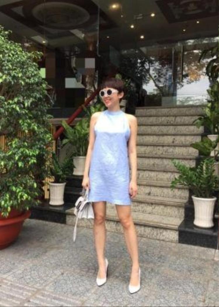Tóc Tiên với lựa chọn đầm suông lửng có tông xanh.