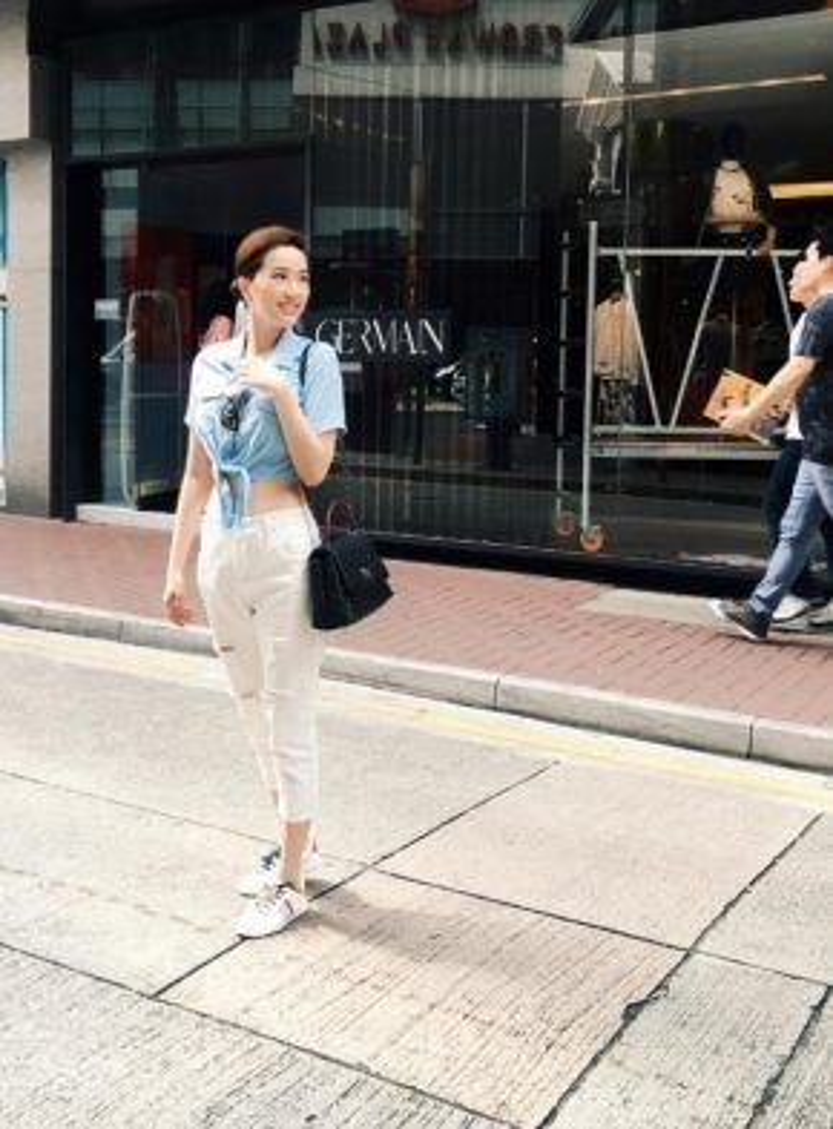 Bảo Thy xuống phố với quần jeans trắng, sơ mi buộc túm baby blue.