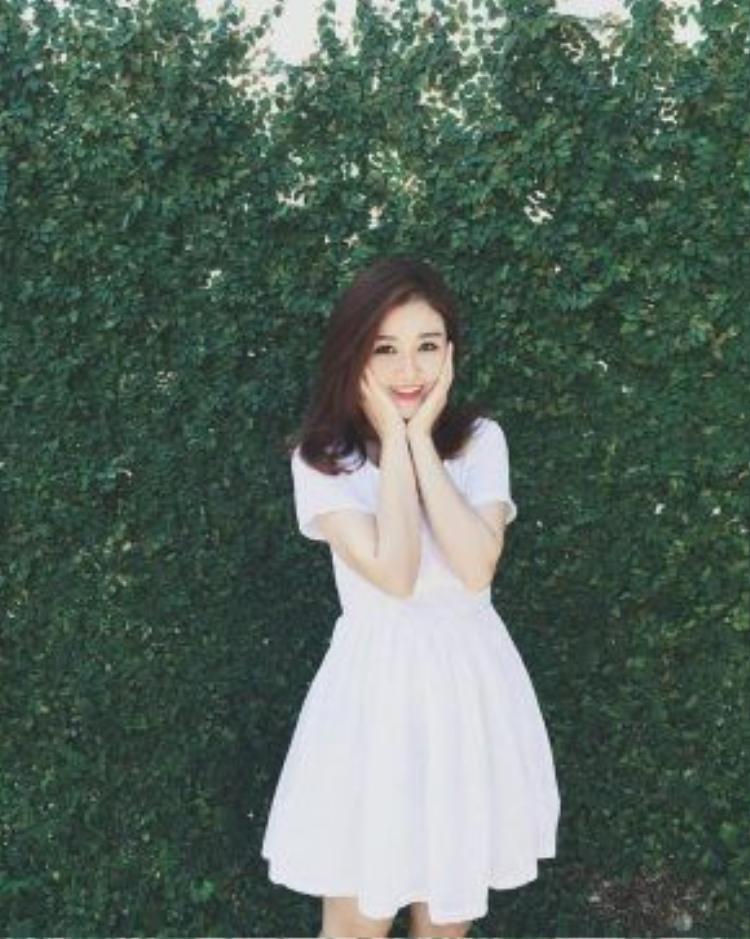 Chiếc váy trắng xòe phom cơ bản - thứ đồ mà cô nàng nào cũng có. Ribi Sachi cũng không là ngoại lệ.