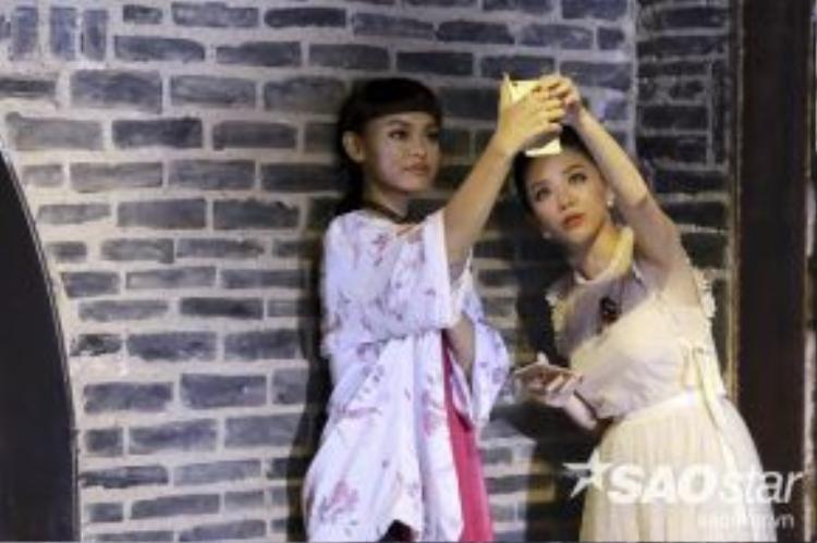Quỳnh Mai trong thử thách chụp ảnh Selfie cùng Tóc Tiên.