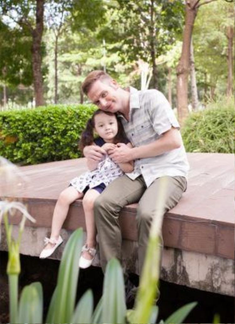 Kyo York có màn hoá thân thành công vào vai ông bố đơn thân trong MV đầy xúc cảm.