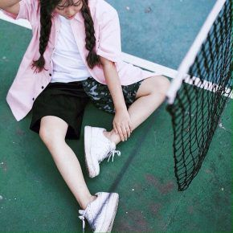 Sơ mi oversize không chỉ dành cho nam giới, hãy học cô gái này cách mix áo sơ mi hồng pastel, quần thun camo và một đôi giày sneaker năng động để set đồ ngày hè trở nên trẻ trung hơn.