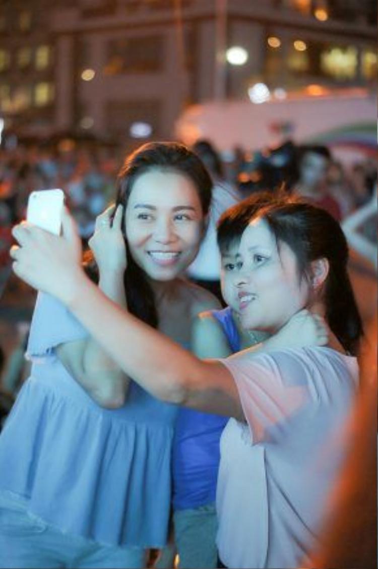 Nhí nhảnh chụp ảnh selfie cùng mọi người.
