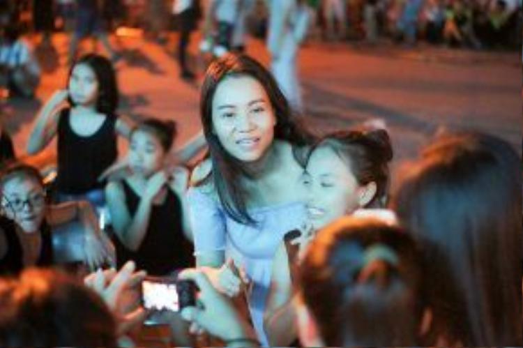 Tuy để mặt mộc nhưng Thu Minh vẫn vui vẻ, thân thiện giao lưu với người hâm mộ ở Thanh Hóa.