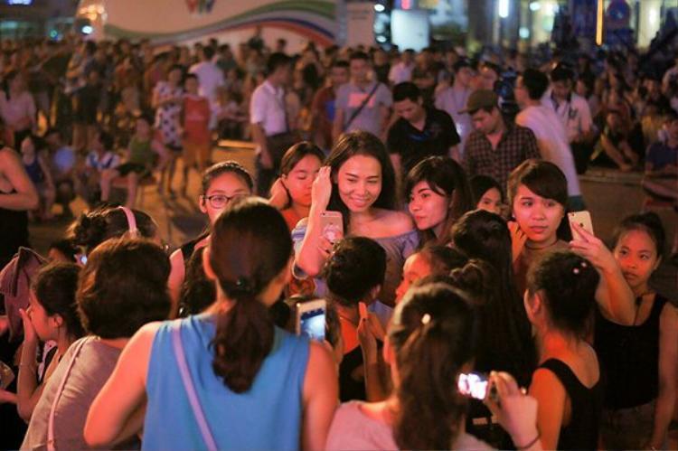 Thu Minh tự tin để mặt mộc, nhiệt tình giao lưu với người hâm mộ