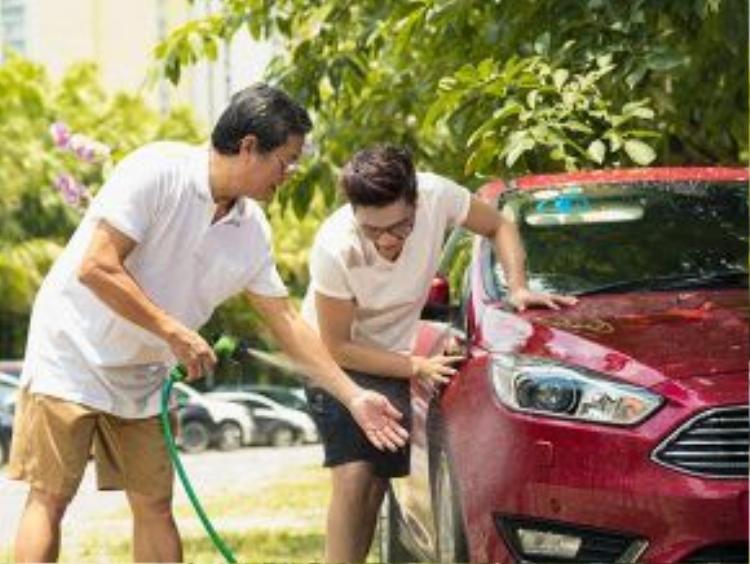 """MC Công Tố thường xuyên bắt đầu một ngày bằng những hoạt động gia đình cùng bố. Khi thì chạy bộ, lúc lại cùng bố rửa chiếc """"xế cưng"""" của gia đình."""