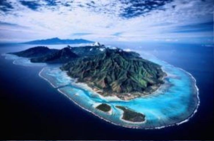 Là một phần của quần đảo Polynesia thuộc Pháp, đảo Moorea được hình thành từ núi lửa giữa hồ nước trong xanh tuyệt đẹp.