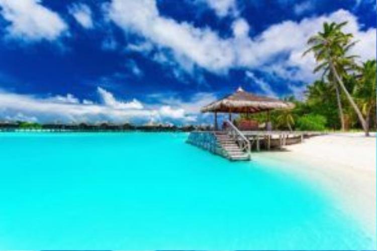 Đảo Moorea được bao quanh bởi hồ nước có màu xanh nhạt tuyệt đẹp. Để tới thiên đường này, du khách đầu tiên phải đáp máy bay tới thành phố Papa'ete trên đảo chính Tahiti, rồi đi tàu cao tốc để tới đảo Moorea cách đó khoảng 20 km.