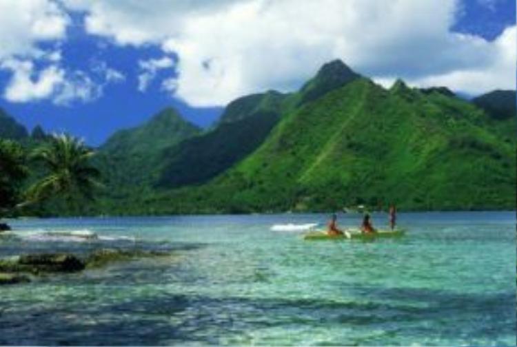 Tới đây, du khách có cơ hội chèo thuyền trên hồ nước màu ngọc lam tương phản với những ngọn núi phủ đầy cây xanh mướt.