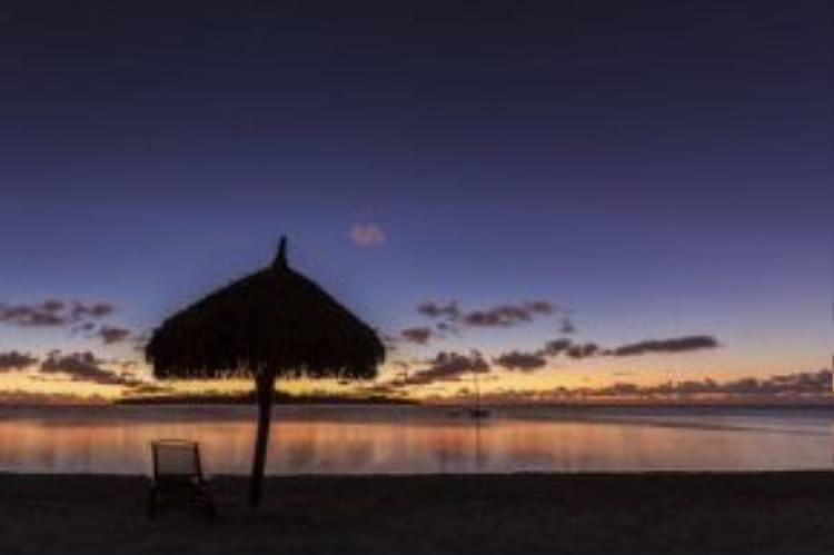 Khung cảnh hoàng hôn yên tĩnh tại bãi biển Idyllic trên đảo Moorea.