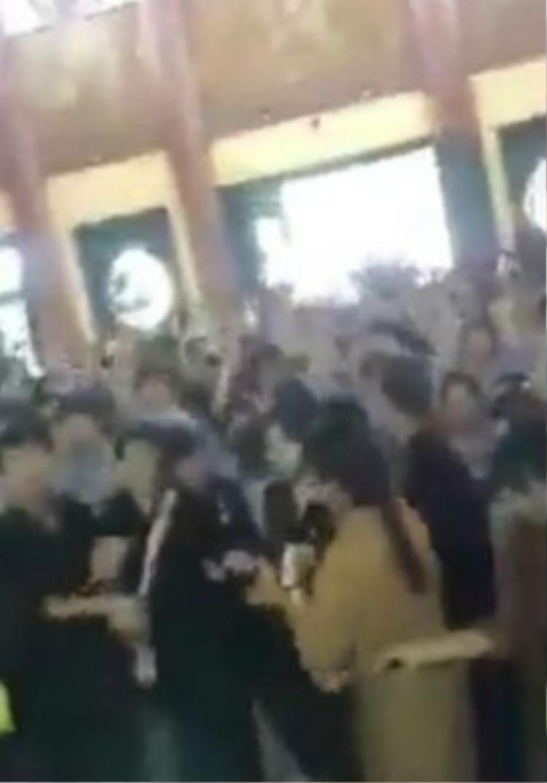 Nhiều bạn trẻ mặc đồ Phật tử cùng nhau nhảy múa trong chùa. (ảnh cắt từ clip)