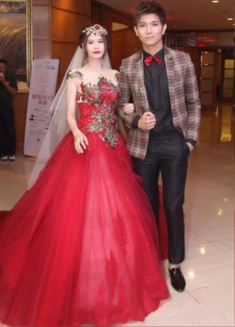 Cả hai mới chỉ mặc trang phục cưới cùng trình diễn thời trang.