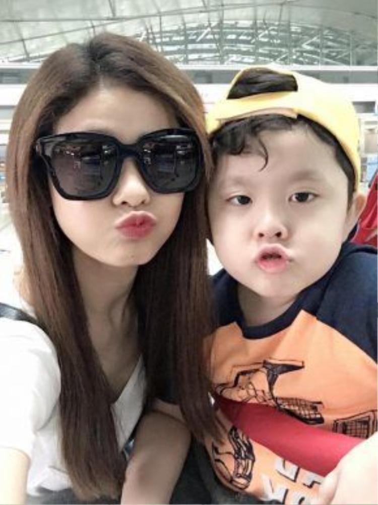 Trước đó, Tim và Trương Quỳnh Anh cùng đưa con trai sang Singapore du lịch. Nhiều người đặt nghi vấn, trong khoảng thời gian này, Tim đã cầu hôn Trương Quỳnh Anh.