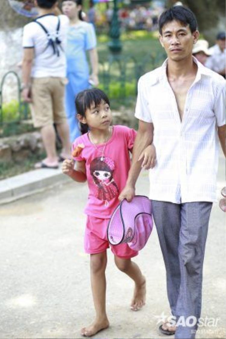Dắt tay con, đi cùng con tới những nơi con thích, nhìn con cười vui vẻ. Hạnh phúc của bố giản dị biết bao!