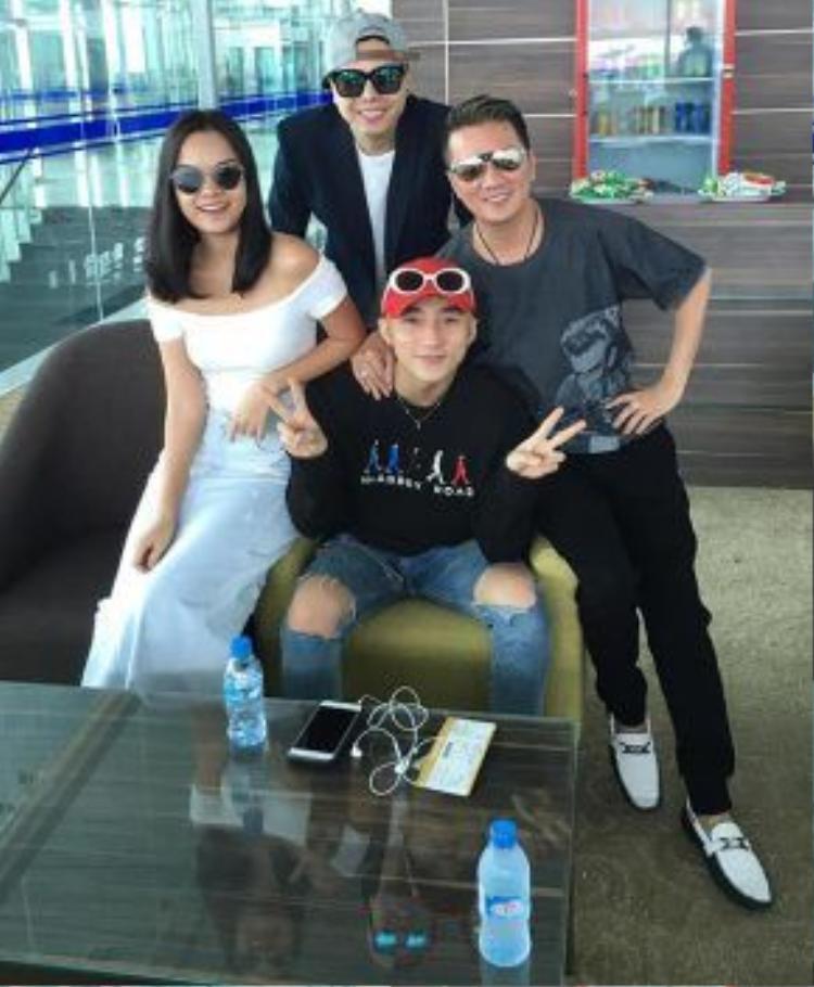 Trong chuyến bay còn có Phạm Quỳnh Anh và Trịnh Thăng Bình.