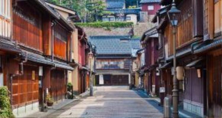 """Trong hàng trăm năm, du khách đã đổ về Kyoto, cố đô Nhật Bản, để tham quan các ngôi đền cổ, khám quá văn hóa geisha và ẩm thực theo phong cách kaiseki. Các tuyến đường sắt chính khiến việc đi lại từ Tokyo hay Osaka trở nên dễ dàng hơn, nhưng giờ Kyoto đang có đối thủ cạnh tranh mới - thành phố Kanazawa, được mệnh danh là """"Kyoto thứ hai"""". Ảnh: Remotelands."""