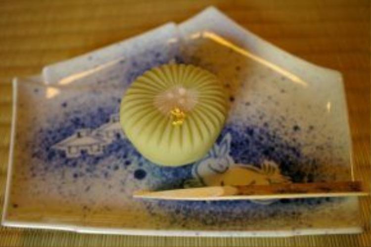 Các nhà hàng khác cũng nhanh chóng theo kịp trào lưu này, như hàng sushi Sensai Enishi rắc thêm bụi vàng ăn được trên món chirashizushi, hay quán trà Shiguretei phục vụ bánh wagashi với bụi vàng. Ảnh: Wow-j.