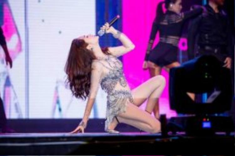 Nữ ca sĩ đã có phần trình diễn sôi động 2 hit Lần đầu và Nhớ nhung.