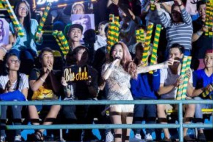 Giữa phần trình diễn, Bảo Anh bất ngờ di chuyển đến khu vực FC của mình khiến các fan của cô bấn loạn và khán phòng như nổ tung.
