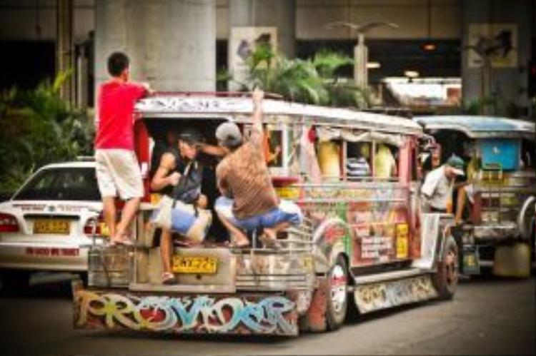 Gần giống với những chiếc xe lam tại Việt Nam cách đây 20 năm, xe jeepney có chiếc thùng dài hơn một chút, được trang trí đủ màu sắc, thu hút ánh nhìn của người đi đường. Khi sử dụng jeepney để di chuyển, bạn vẫn cần mặc cả. Hầu hết người Philippines đều sử dụng được tiếng Anh giao tiếp nên rất thuận tiện trong việc trả giá.
