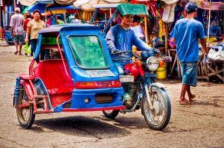 Xe Tricycle (tạm dịch: xe ba bánh) cũng là một phương tiện công cộng thường được người dân địa phương sử dụng. Tuy nhiên, hầu hết các loại hình giao thông này đều không có cửa kín để che chắn nên không đảm bảo vệ sinh lẫn an toàn khi di chuyển.