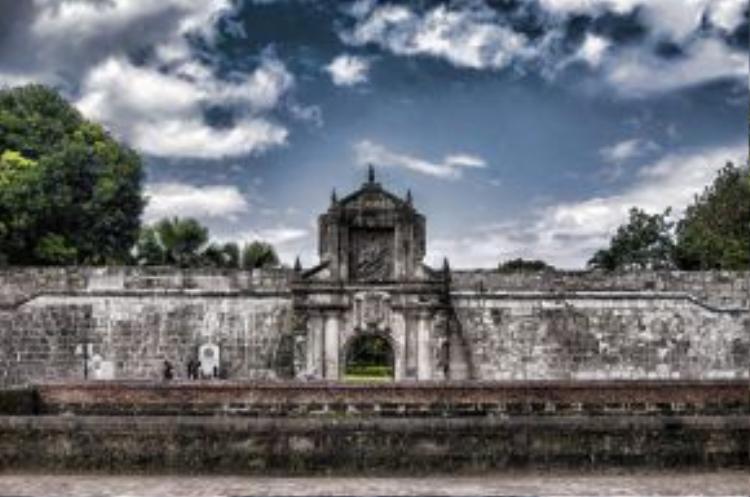 Khu thành cổ Intramuros được xây dựng bằng đá trên diện tích rộng khoảng 65 ha bởi người Tây Ban Nha từ những năm 1570.