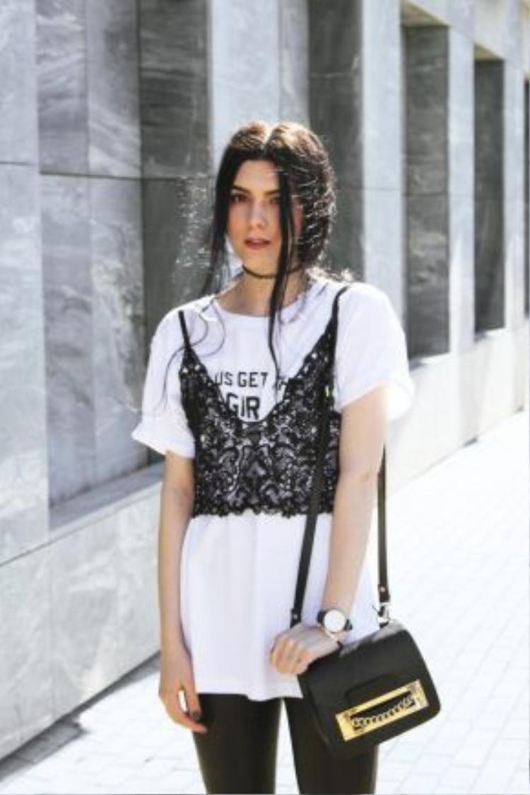 Làm sao để diện bralette mà vẫn kín đáo? Hãy thử mặc nó bên ngoài T-shirt trắng như cô nàng này. Đây là xu hướng thú vị đang được rất nhiều tín đồ thời trang từ Á sang Âu ưa thích.