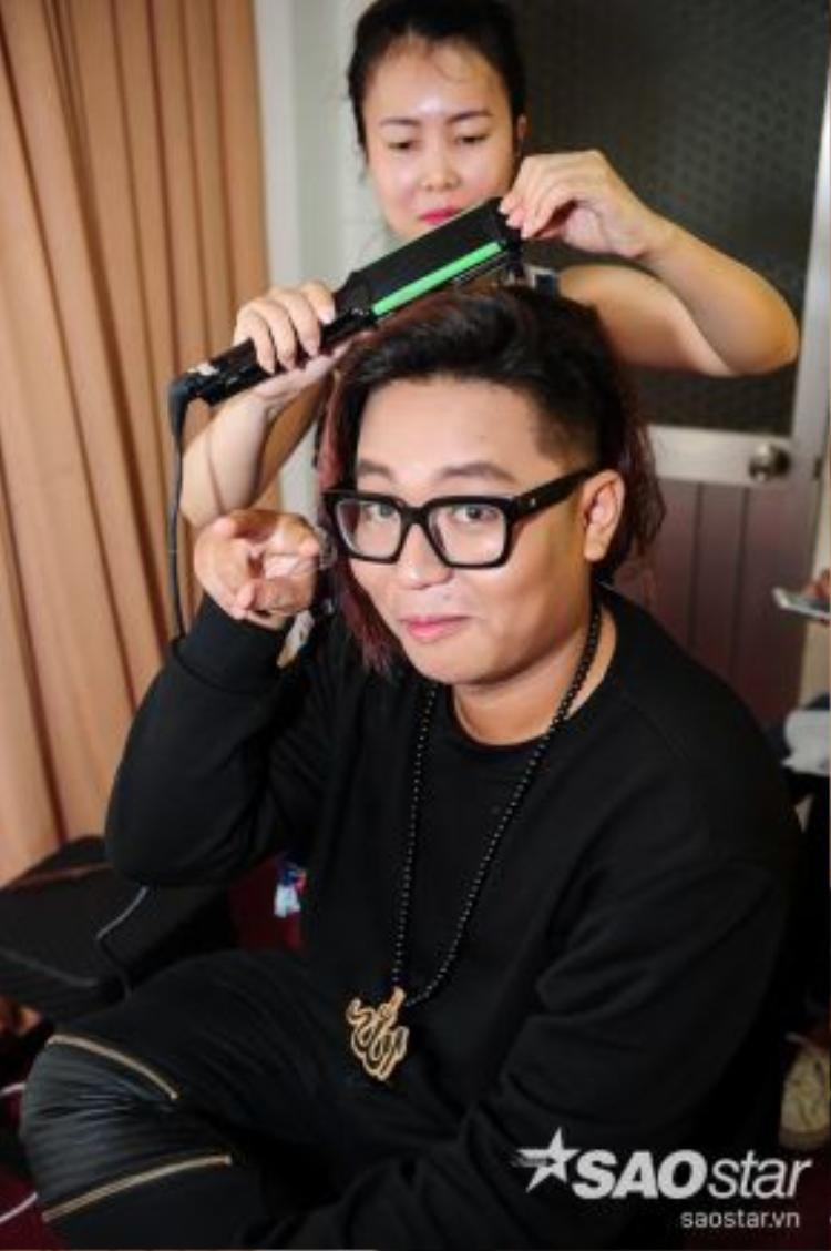 Trương Phước Lộc tinh nghịch trong lúc làm tóc.