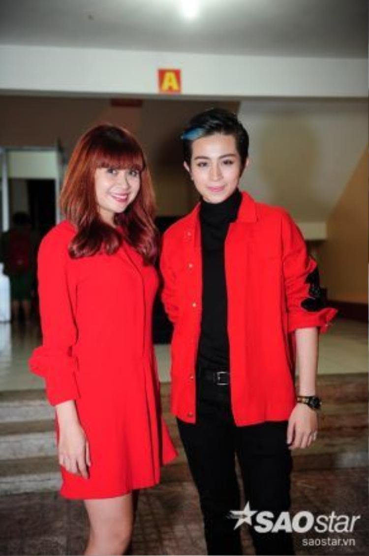 Gil Lê đọ sắc đỏ cùng Giám đốc âm nhạc Lưu Thiên Hương.
