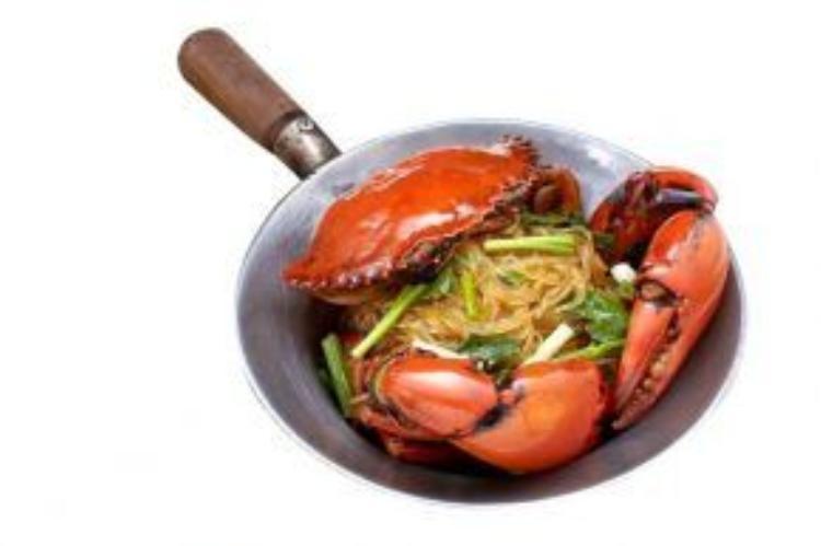 Miến cua có hai loại là nguyên con hay tách thịt. Bạn có thể dễ dàng tìm thấy món ăn này tại các quán ăn lớn và nhỏ. Ảnh: Thúy Phượng.