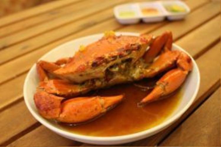 Cua cung đình là món cua biển xào cùng bơ và lòng đỏ trứng vịt muối, nên có vị béo mềm, đậm đà đặc trưng.