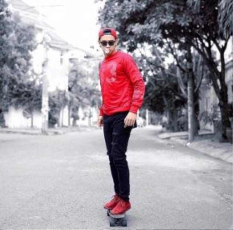"""""""Hot boy nổi loạn"""" Hồ Vĩnh Khoa chất lừ với streetstyle casual đỏ rực. Anh chàng phối snap-back, sweater và giày ton-sur-ton cùng nhau."""