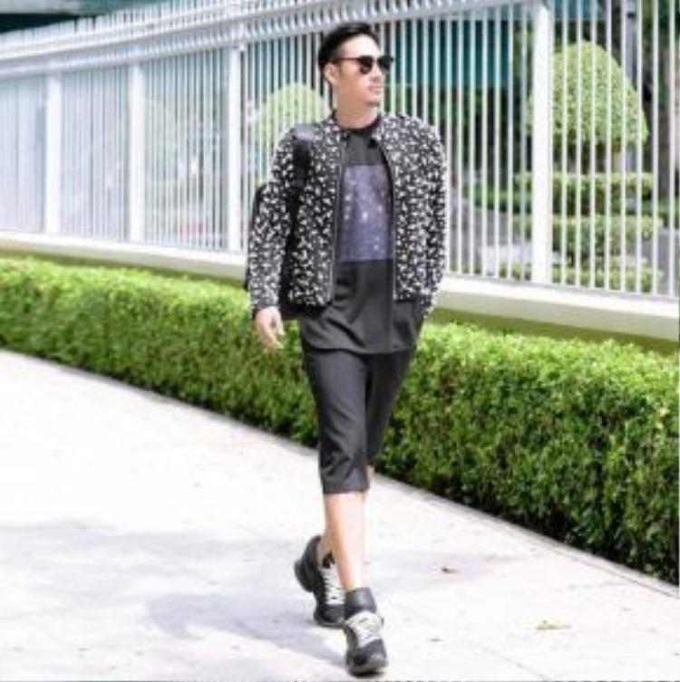 NTK Lý Quí Khánh xuống phố với outfit sporty khỏe khoắn. Anh phối bomber jacket, kính Rayban, quần short và giày sneaker năng động.